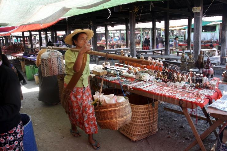 kobieta na targu na Jeziorze Inle