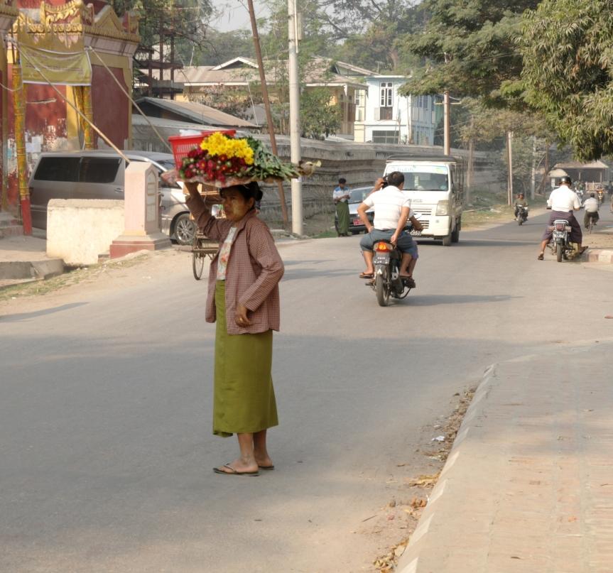kobieta z kwiatami na głowie