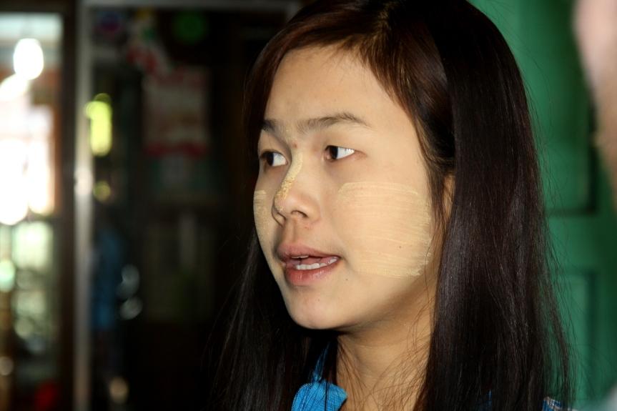 kobieta z makijażem z drzewa thanaka
